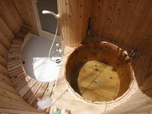 プライベートハウス アースウインド:夜には湯船に月明かり差す!?たる型のツリーハウス風客室露天風呂(つきの湯)