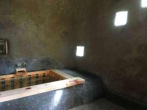 プライベートハウス アースウインド:洞窟風呂内では陽の光も幻想的