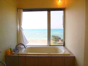 おしゃれな客室風呂はゆったりとした造り!