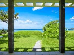 Keiki Beach House and Cafe:チェックインテラス&ラウンジからの庭芝越しの海の景色