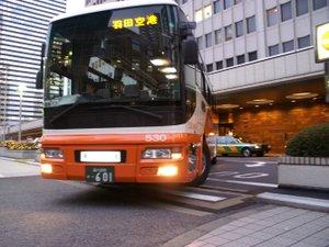 京王プラザホテル:羽田および成田空港直通のリムジンバスあり。(事前予約制、有料)