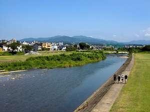金沢の宿 由屋るる犀々(ゆうやるるさいさい):金沢の中心を流れる犀川。そのほとりに由屋るる犀々はあります。風景は四季の移ろいと共に表情を変えます