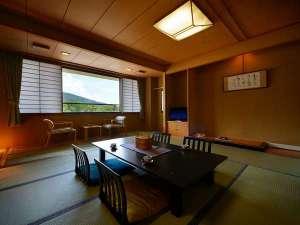 温泉街の高台にあり、蔵王連峰を望む。シンプルで清潔感があり、リラックスできる純和風客室10畳~18畳