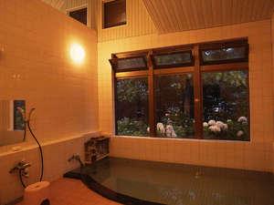 黒石温泉郷落合温泉 かねさだ旅館:*夜は季節によっては、窓の外をライトアップ致します。
