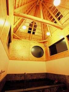 """湯煙ただよう和の宿 しんきや旅館:貸切風呂内湯""""天木の湯""""天井を見上げながら・・・"""