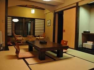 旅館 みやま:やわらかな照明が心地いい、広々とした和室