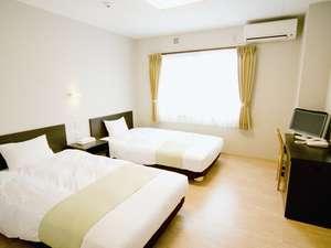 綾 てるはの森の宿:新館のツインルーム、ベッドはセミダブル、バス・トイレ付(ウォシュレット)。