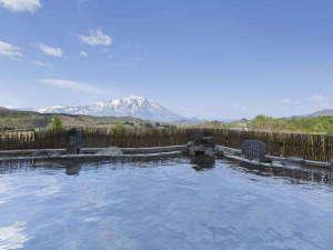 ホテル森の風鶯宿:秀峰岩手山を望む絶景【空中露天風呂】は和風・洋風の2種がございます。(和風露天風呂)