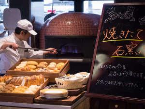 九十九島ベイサイドホテル&リゾートフラッグス:<ご朝食>キッチンに備え付けの石釜で仕上げるパンが大人気!