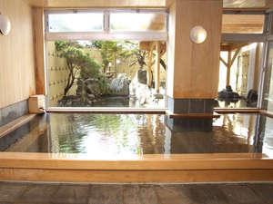 函館湯の川温泉ホテル河畔亭:《源泉かけ流し檜風呂》檜がほのかに香る内湯にとっぷり浸かると、体も心もゆるゆるとほぐれていきます