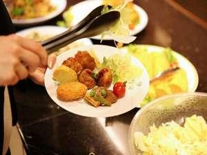 スーパーホテル広島:朝食は、ごはん・お味噌汁・おかず約5種類・有機野菜サラダ・フルーツ・ヨーグルト・パンなどの内容です。