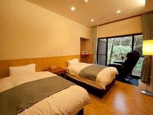 箱根 萬岳楼(ばんがくろう):《みず》ベッドルームとマッサージチェアの一例