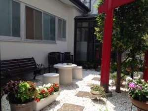 旅館千登勢屋:当館・中庭の様子竹駒稲荷神社のお札を祭ったミニ神社と鳥居ありベンチではくつろいでいただけます