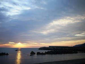 いまい旅館:*【周辺】日本海に暮れゆく美しい夕日を楽しめるのも当館ならでは!