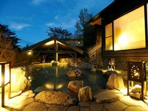 湯宿 季の庭(ときのにわ):【季の湯】「葉隠れの湯」露天風呂 幻想的な夕暮れ時