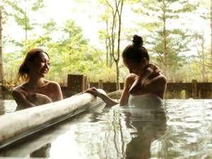 湯宿 季の庭(ときのにわ) <共立リゾート>:大浴場では外の景色を見ながら、季節の移ろいを眺めて…