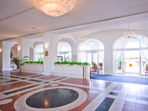 【ホテルロビー】窓からの光溢れる玄関