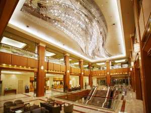ロイヤルパークホテル:吹抜で開放感たっぷりのロビー。天の川をモチーフにしたシャンデリアの下ではたくさんの出逢いがあります。