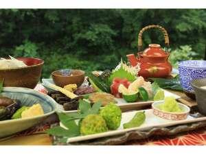 峩々温泉:山風を感じながらの夕食。夏でも湿度が低く、エアコン不要の快適な館内