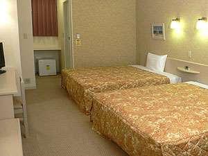 ファミリーロッジ旅籠屋・浜名湖店:広さ25㎡、幅1.5m超のベッド2台。おひとりからご家族4-5人まで宿泊可能。