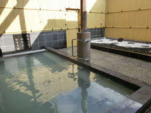 大型貸別荘 優雅:源泉掛け流しの露天風呂をお楽しみください。