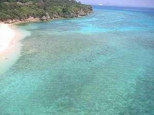 ゲストハウスALOALO:すぐ下にある透明度抜群のさんご礁の海でのシーカヤック体験もできます。