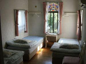 YH 青い風ガーデン:ステンドグラスの3人部屋