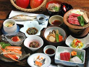 飯塚旅舘:*自然豊かな黒石ならではの海・山・川の幸を活かした色鮮やかなお料理の数々。(料理一例)