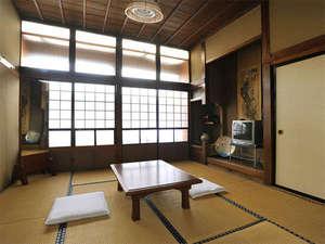 飯塚旅舘:*静かで落ち着きのある和室。足を伸ばしてお寛ぎください。(客室一例)