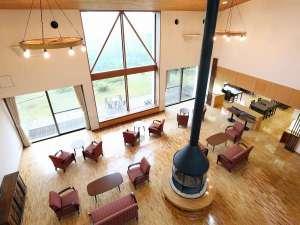 嬬恋の宿 あいさい:【2階踊り場】ロビーラウンジと景色を上から眺めながらお寛ぎいただけます。