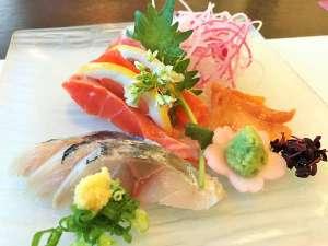 【夕食:2017春】お造りは「信州サーモン」「赤貝」「鯵」をご用意、中央にはワサビの花を添えて