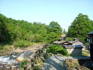 孫六温泉:*周辺は緑に囲まれ、落ち着いた空間でお寛ぎいただけます。