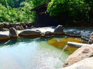孫六温泉:*【露天風呂】キラキラと輝く水面と、美しい緑に囲まれた贅沢な時間をお過ごしください。