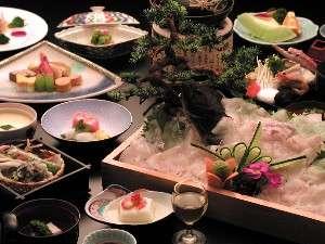 100%源泉掛け流しの宿 雲仙スカイホテル:新鮮な平目の活造り(1組に一盛)付きの豪華な夕食(一例)