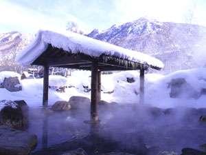 岡田旅館・和楽亭:雪の降り始めは例年10月の末ごろ。見頃の雪見露天は12月から2月ごろ。