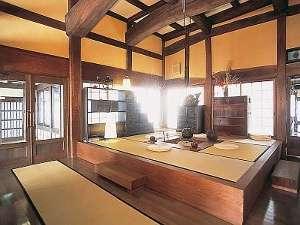 岡田旅館・和楽亭:【和楽亭】帳場の太い梁や鍵吊る重厚な雰囲気に150年の重みと歴史を醸し出している