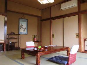 天空の城三宜亭本館:【和室10畳 一例】 定員5名様。眺めの良い和室で、ごゆっくりお寛ぎください。