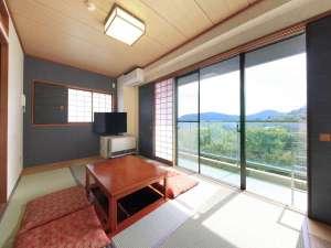 ゆとりろ庵 ANNEX:カーテンを開ければ自然光が溢れ、山々の景色が目に飛び込んできます。