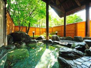 猿ヶ京温泉 生寿苑(しょうじゅえん):露天風呂 - 大浴場に併設された野趣ある岩造りの露天風呂で、肌に優しく効能豊かな猿ヶ京の湯。