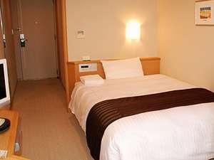 ホテルプラザアネックス横手:【シングルルーム】布団をシーツで丸ごと包むデュベスタイル。衛生的で清潔感のあるベッドです。