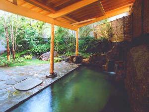 ホテルプラザアネックス横手:【別棟1・2F 大浴場露天風呂】緑に囲まれた露天風呂は、ゆっくり長風呂を楽しみたい方へおすすめ。
