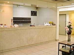 ファーストホテル武豊:漫画喫茶とお部屋をつなぐ、白を基調とした清潔感のあるフロント