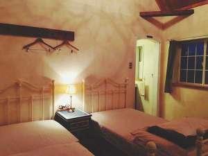屋久島【全棟ハンモック付】コテージ 森のこかげ:【Sタイプ】ホワイトのアンティーク風アイアンベッドをご用意しています。