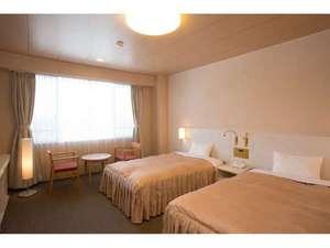 伊東園ホテル 草津:洋室ツインのお部屋一例 3名様でご利用の場合、1名様はソファーベッドとなります。