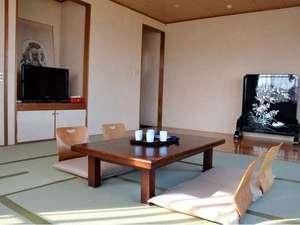 北浦宝来温泉つるるんの湯宿 北浦湖畔荘:落ち着きがあり窓から光が注ぐ明るいお部屋