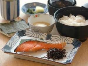 四日市シティホテルアネックス:【和食】炊き立て御飯で一日の活力に! 焼魚、温泉卵、焼き海苔、御飯、味噌汁、お新香