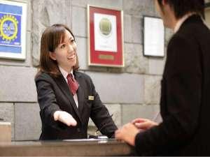 パークサイドホテル 広島 平和公園前:フロントは24時間体制でお客様のご宿泊をサポート