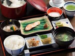 ホテルしみず:実家で育てた魚沼産コシヒカリが何杯でもお替り自由!体に優しいと大好評、和食スタイルの朝食。