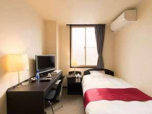 ホテルしみず:洋室シングルルーム ベッドはセミダブルサイズです。