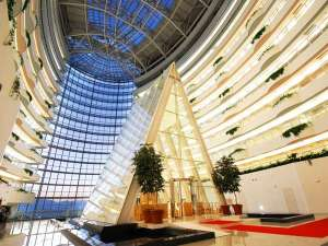 ホテル京セラ:地上60メートルの大アトリウムとチャペル。大空間が心地よさを誘います。